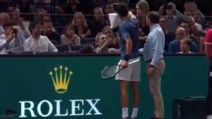 Djokovic félbehagyta a szervát, hogy segítsen egy nézőnek