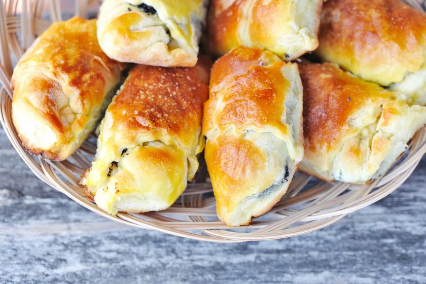 Mákos-mazsolás süti kelt tésztából: a tésztát a nagyi is így készítette