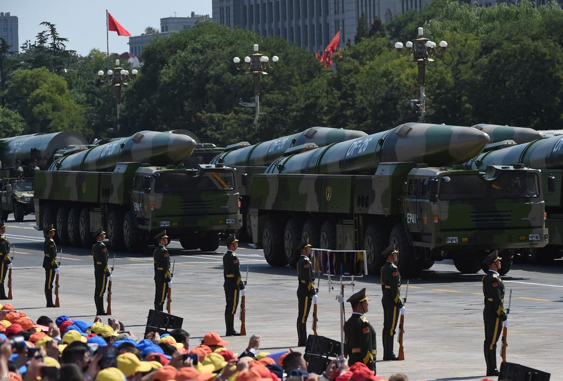 DF-26 típusú kínai ballisztikus rakéták egy katonai parádén Pekingben 2015. szeptember 3-án