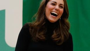 Katalin hercegnét terpeszülésben, teli szájjal nevetve fotózták le