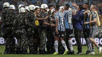 Rohamrendőrök védték a Libertadores-elődöntőt szétfújó bírót