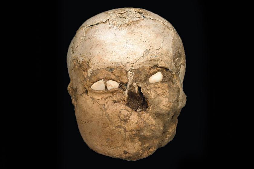 Így találtak rá a koponyára. Jól kivehető rajta a temetkezéskor rákerült réteg.