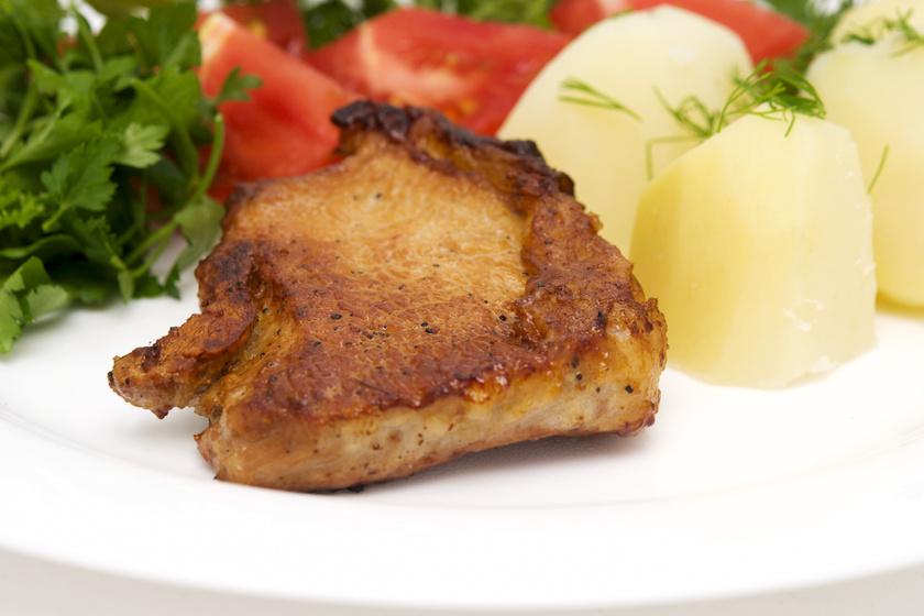Omlós, pácolt sertésszelet a serpenyőből: nem marad belőle vacsorára