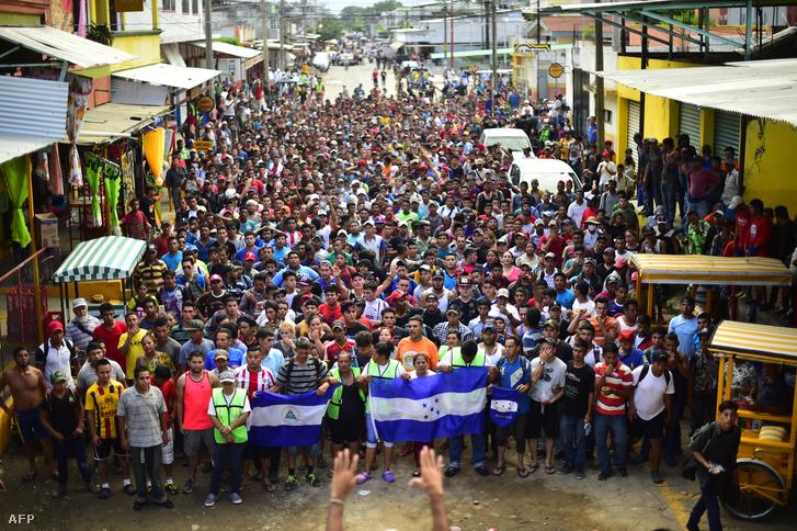 Hondurasi bevándorlók tartanak az Egyesült Államok felé 2018. október 20-án, miután áttörtek a guatemalai-mexikói határon.