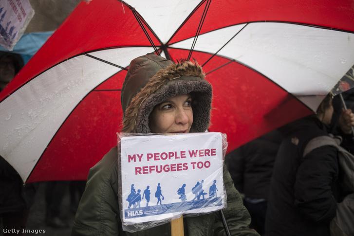 A Hebrew Immigrant Aid Society aktivistája tiltakozik Trump bevándorláspolitikája ellen 2017. februárjában.