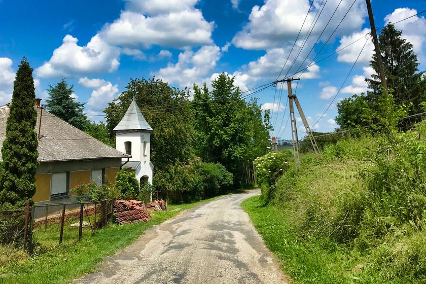 A Zala megyei Iborfián mindössze nyolcan laknak az idei évi adatok szerint. A göcseji kis faluban a haranglábat, a hársmatuzsálemeket és a horgásztavat is útba ejthetitek.