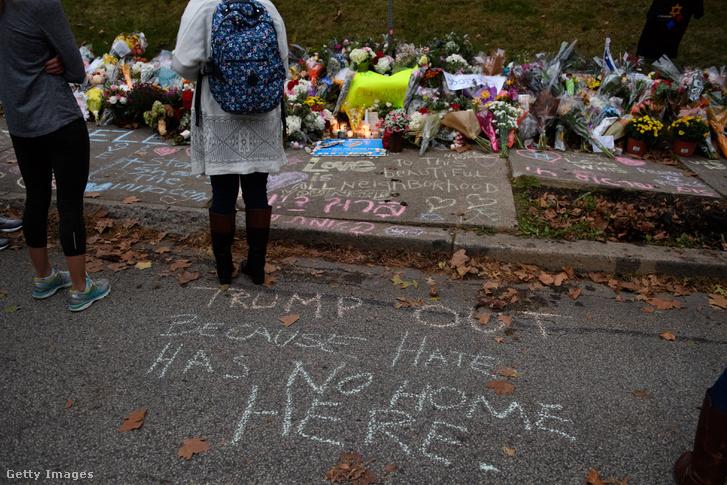 Megemlékezők a pittsburghi mészárlás helyszínén, egy nappal Trump látogatása előtt, 2018. október 29-én.