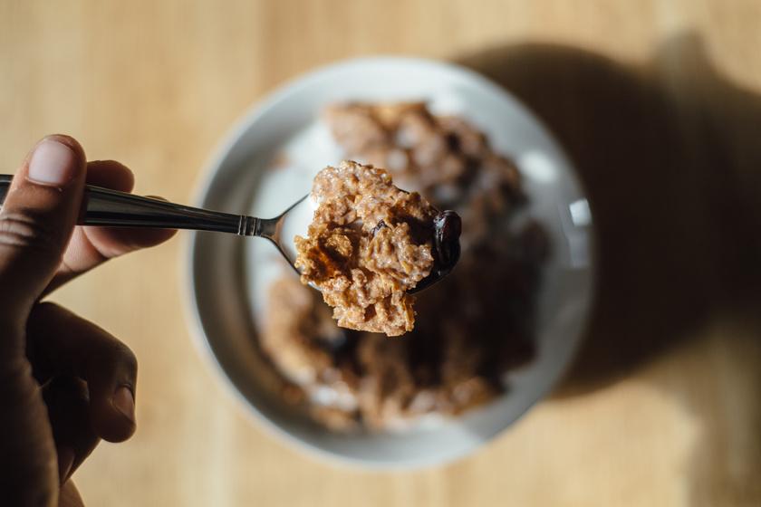 A legtöbb gabonapehely feldolgozott gabonát és rengeteg cukrot tartalmaz. Egy 2011-es kutatás szerint átlagosan egy tál gabonapehelyben annyi cukor van, mint három csokis kekszben, a magas cukorbevitel pedig fokozza a cukorbetegség, az elhízás, illetve a szív- és érrendszeri betegségek kialakulásának kockázatát.
