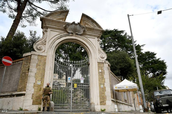 Katona őrzi a Szentszék Olaszországi Nagykövetségét Rómában, 2018. október 31-én..