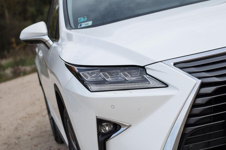 Ennek a képnek a felét kitakarva is megmondaná bárki, hogy ez egy kortárs Lexus