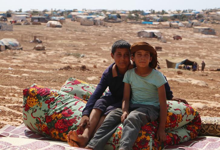 Szíriai menekültek a török határ közelében
