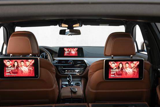 """A hátsó  """"Professional szórakoztató egység"""" két képernyő, vagy mondjuk ki, tablet. Darabja közel 400 rugó, azaz egy olcsóbb oled tévé is kijönne belőle"""