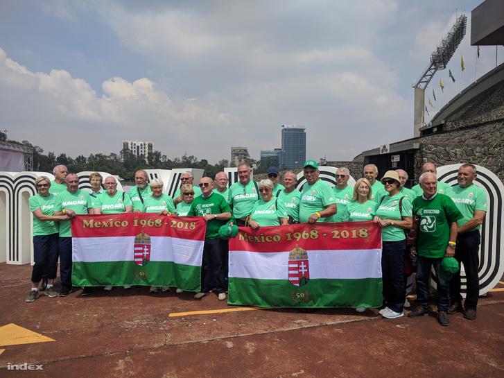 A mexikói olimpiai stadion előtt, ahová bevonultak ötven éve és most is. Kalmár tartja az egyik zászlót, mellette Rejtő Ildikó, a nemzet sportolója.