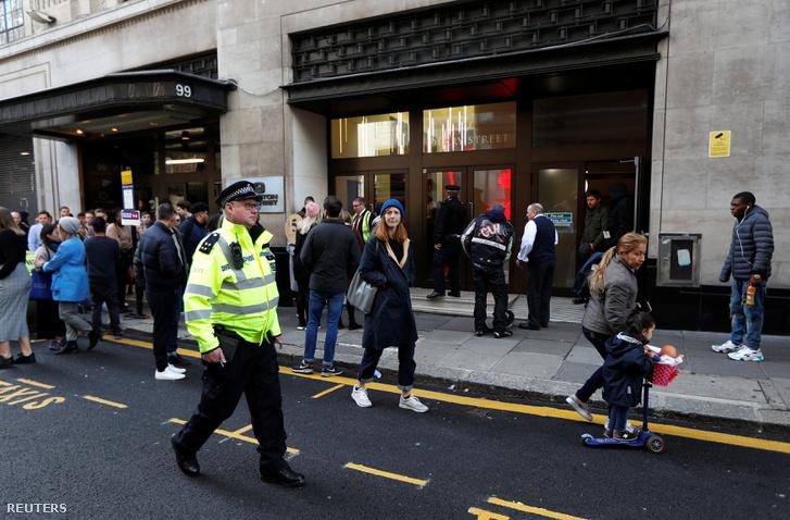 Rendőr a londoni Sony Music előtt