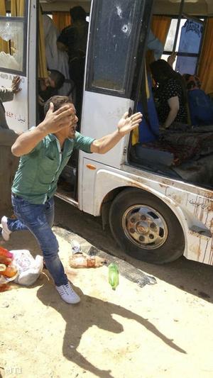 Kopt keresztény zarándokokat szállító busz mellett üvölt egy férfi a Kairótól 260 kilométerre délre fekvő Hitvalló Szent Sámuel-kolostor közelében, Minja tartományban 2018. november 2-án, miután ismeretlen fegyveresek rátámadtak a buszra.