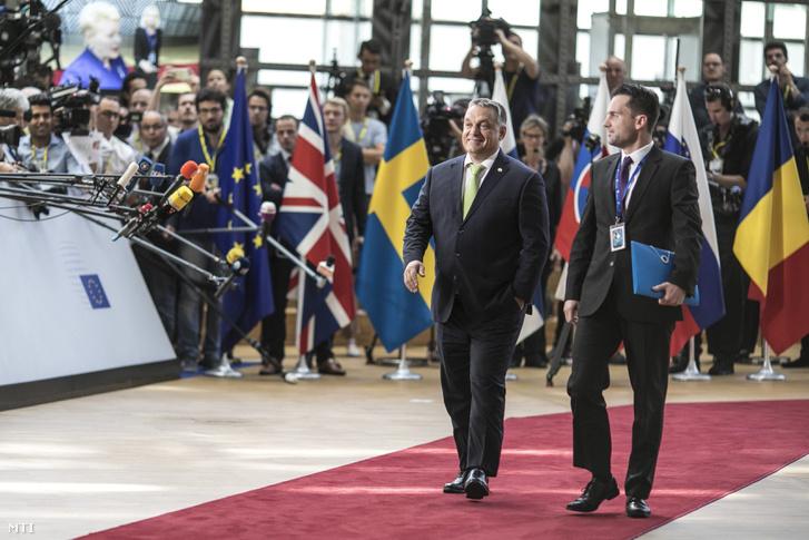 Orbán Viktor miniszterelnök érkezik az Európai Unió állam- és kormányfőinek kétnapos csúcstalálkozójára Brüsszelben 2017. június 22-én. Mellette Havasi Bertalan, a Miniszterelnöki Sajtóiroda vezetője.