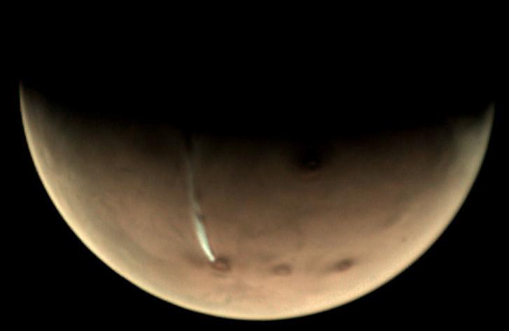 Megnyúlt felhő a Marson az Arsia Mons vulkán közelében.
