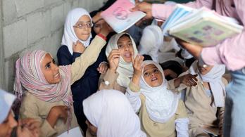 Lebombázták az iskolákat, a saját házában fogad 700 gyereket egy tanár