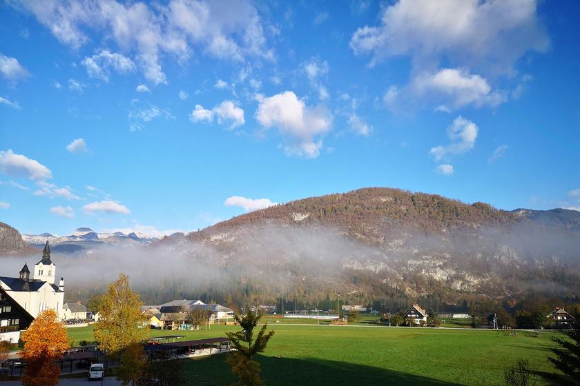 Kilátás kora reggel a Bohinj Eco Hotelből.