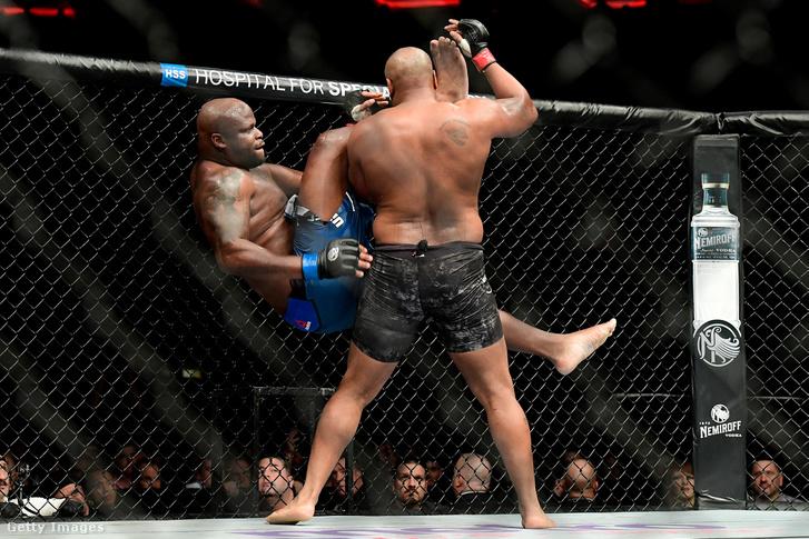 Daniel Cormier (háttal) és Derrick Lewis küzdelme az UFC 230-on