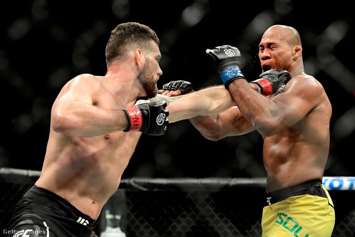 Chris Weidman visz be egy ütést Jacare Souza-nak az UFC 230 eseményen, a Madison Square Gardenben