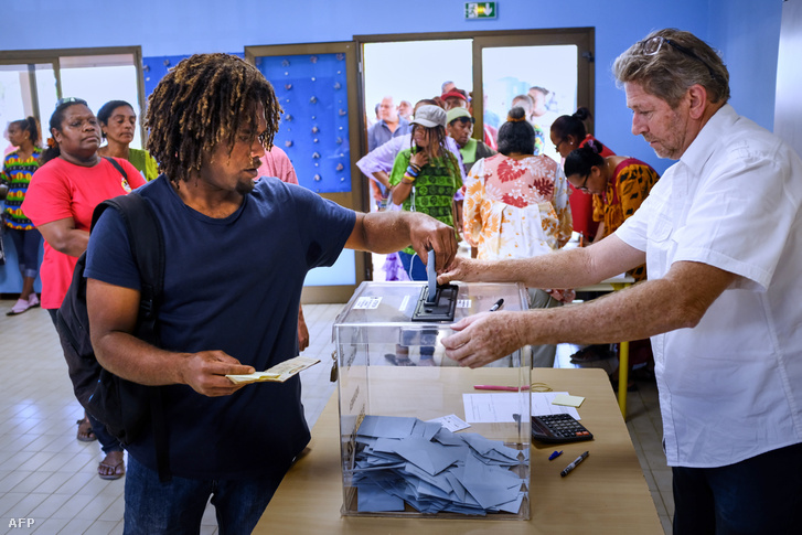 Emberek adják le a szavazatukat Új-Kaledóniában 2018. november 4-én
