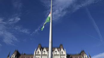 Félárbócra eresztették a nemzeti zászlót