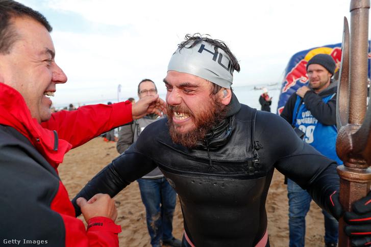 """Ross Edgley miután teljesítette a """"Nagy Brit Úszást"""", a történelmi 2000 mérföldes távon körbeúszta Angliát 2018. november 4-én"""