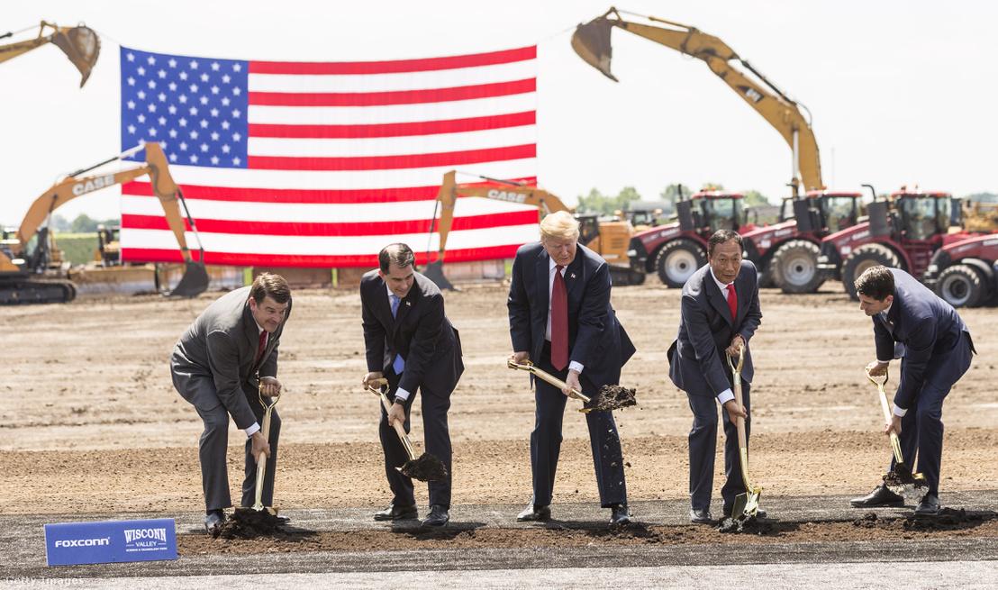 Trump (k) a Foxconn egyik amerikai gyárának alapkőletételénél 2018 júniusában
