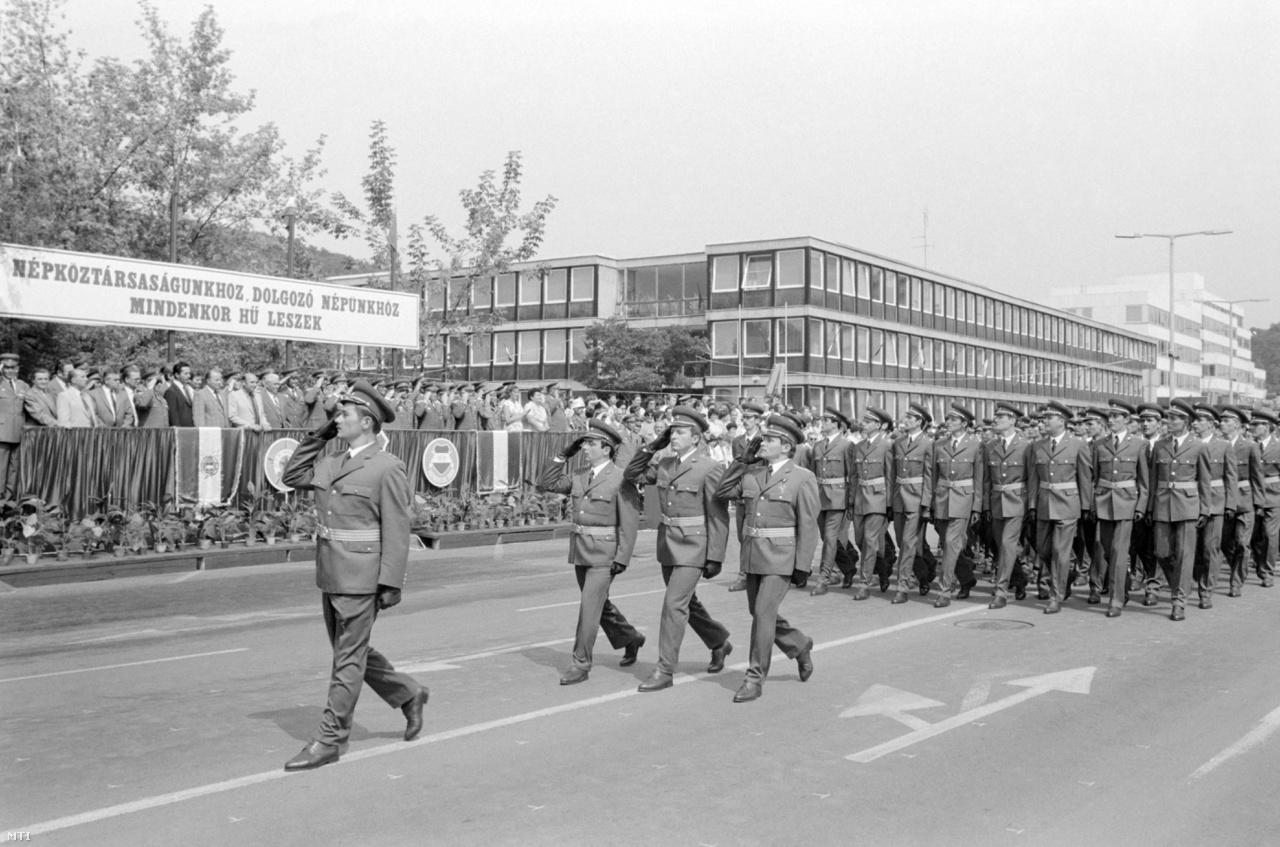 A Magyar Néphadsereg hivatásos tiszthelyetteseinek díszmenete az eskütétel után a Tanácsköztársaság téren. (1981)