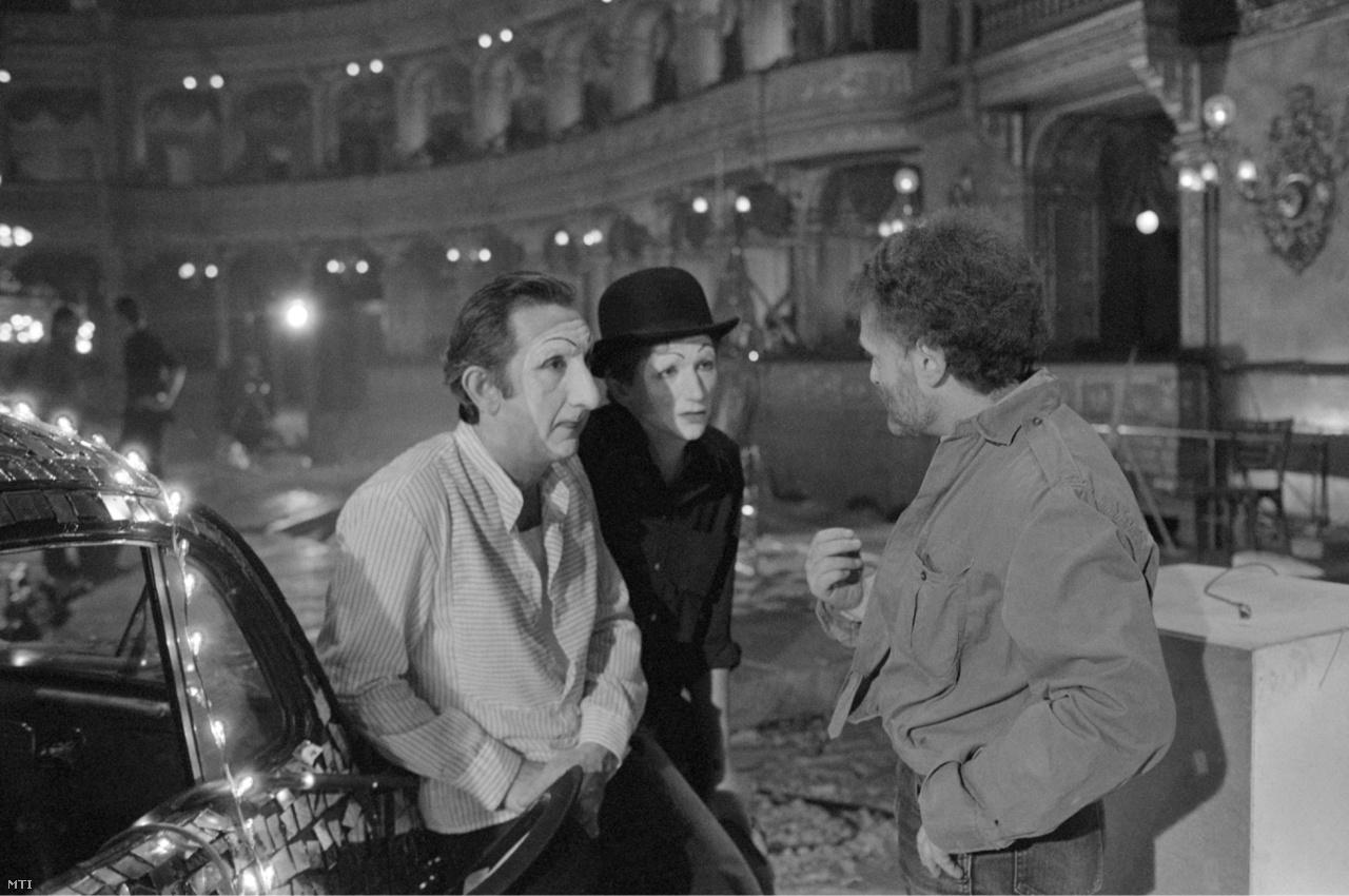 Sándor Pál rendező (j) Garas Dezső (b) és Kern András színművészek jelenetét rendezi a Tóth Zsuzsa forgatókönyvéből készült Ripacsok című filmben. (1980)