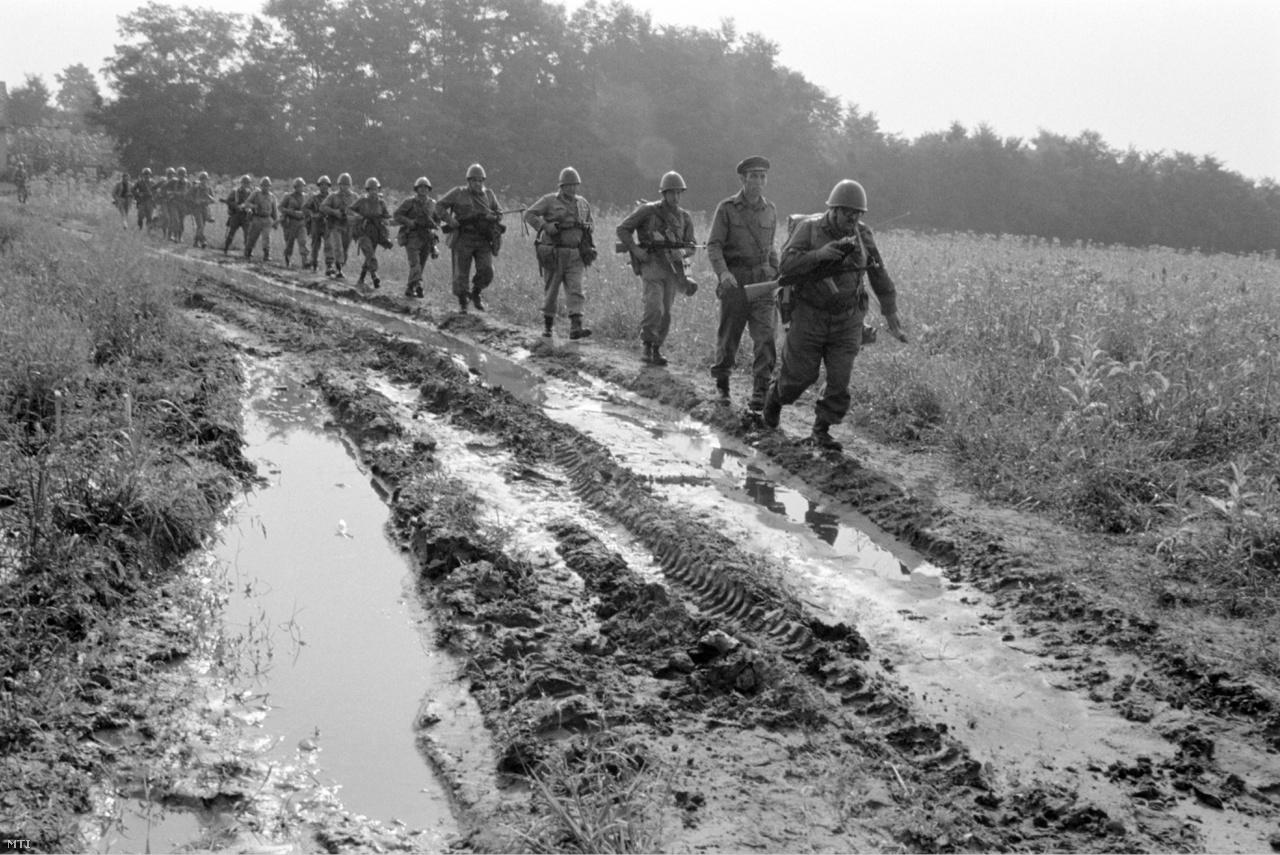 Egy munkásőrszakasz tagjai mennek egy sáros területen a Munkásőrség Országos- és Szabolcs-Szatmár Megyei Parancsnokságának megyei bemutatóján. (1980)