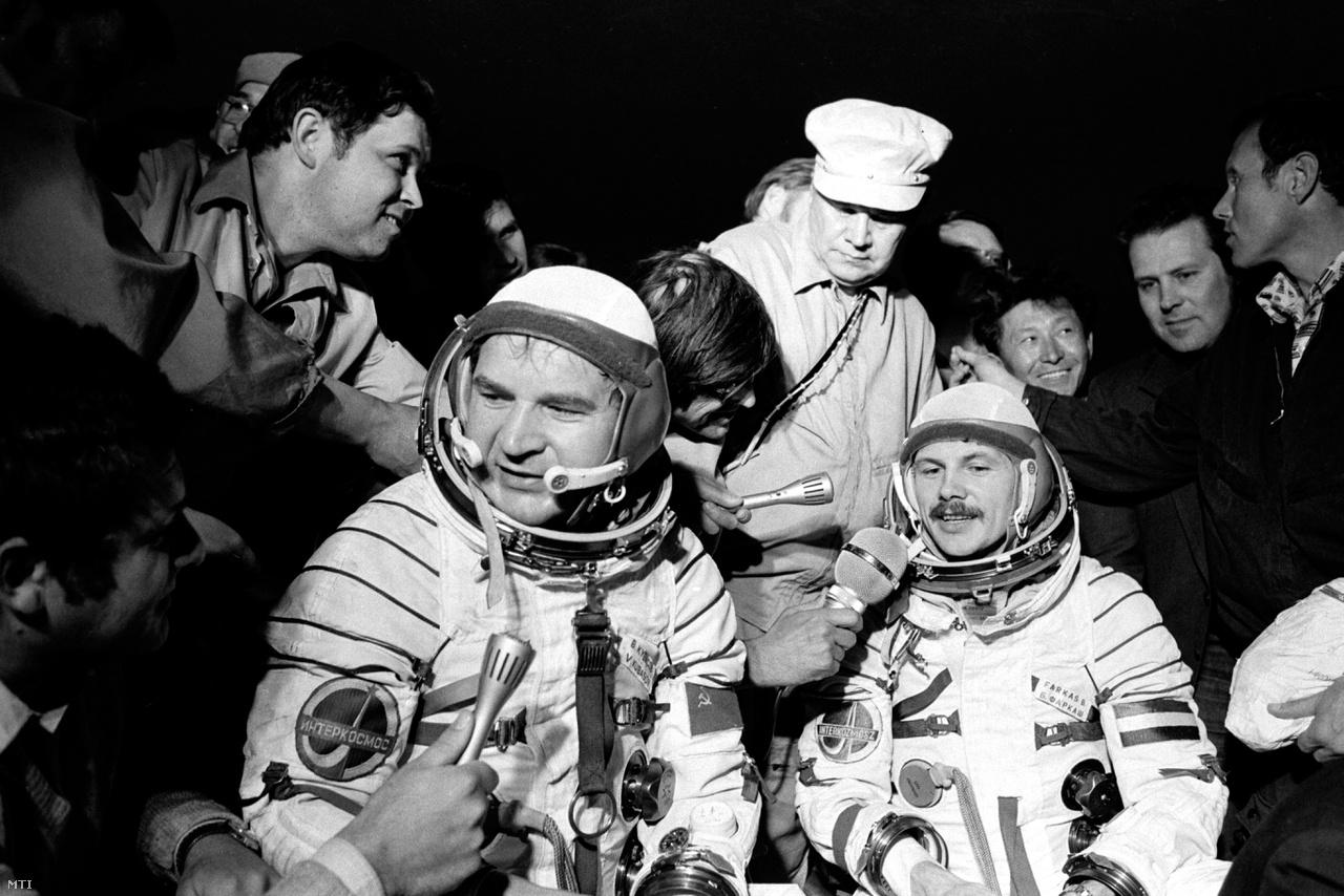 Valerij Kubaszov (b) és Farkas Bertalan űrhajósok a Földre érkezés utáni pillanatokban. (1980)