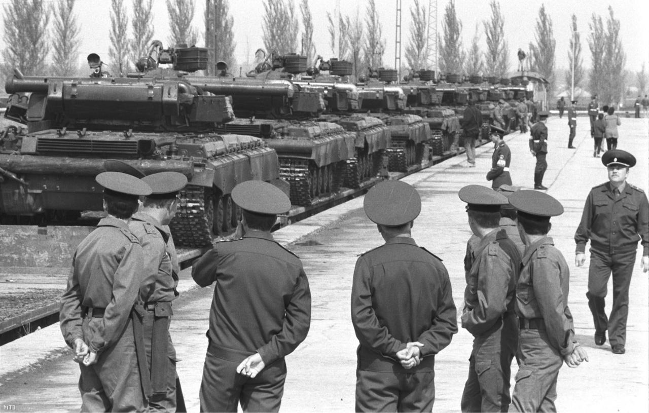 Katonák nézik az utolsó szovjet páncélosok elszállítását. (1990)