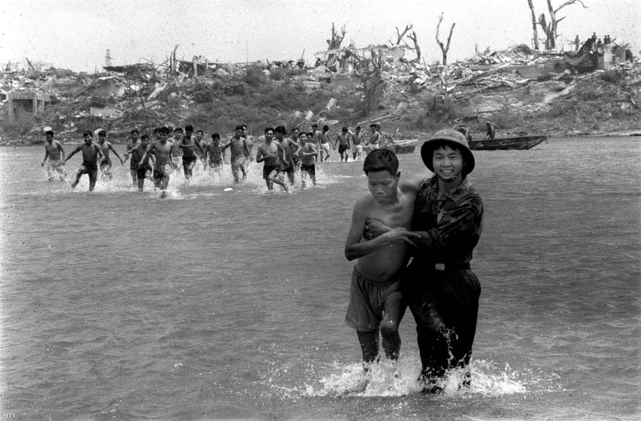 A World Press Photo díjas vietnami hadifogoly-cseréről készült sorozat egyik fotója. (1973)
