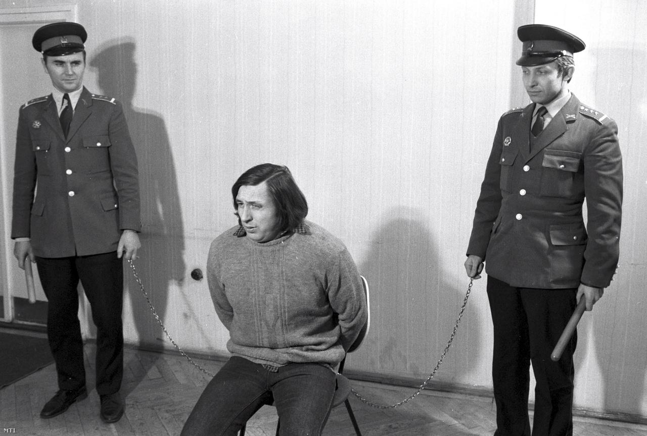 Rendőrgyilkossággal és más bűncselekmények elkövetésével vádolt gyanusított kihallgatás közben a Budapesti Rendőr-főkapitányságon. (1980)