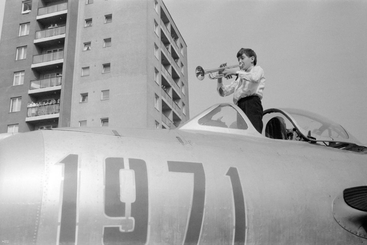 Úttörő trombitál az ajándékba kapott MiG-15-ös vadászgép pilótafülkéjében állva a kőbányai Rottenbiller parkban. A repülőgép a honvédelmi miniszter ajándéka volt az úttörőmozgalom 25. évfordulója alkalmából.  (1971)