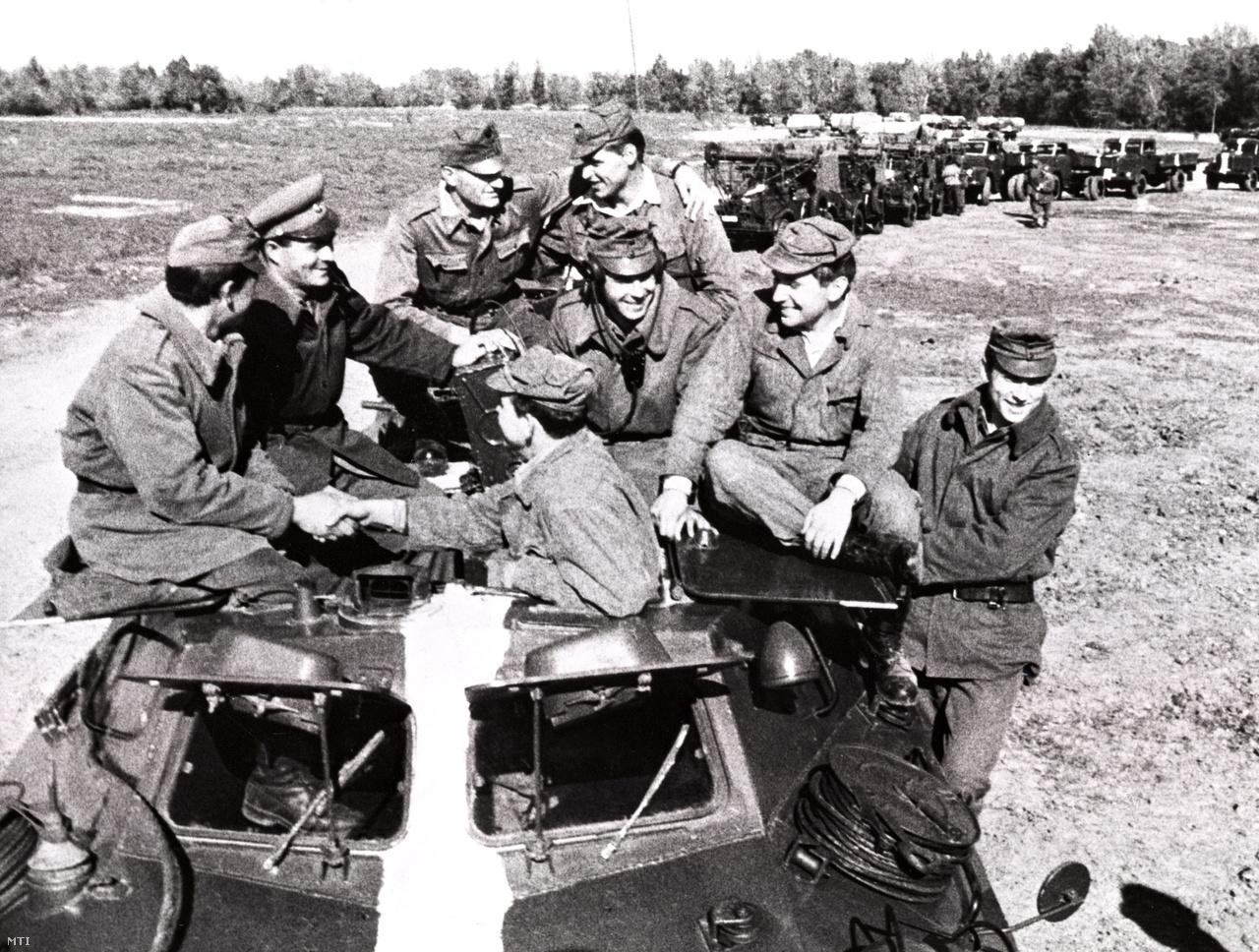A magyar hadsereg Csehszlovákiából hazatérő katonái miután a Varsói Szerződés Szervezete országainak csapatai szovjet vezetéssel megszállták Csehszlovákiát. (1968)