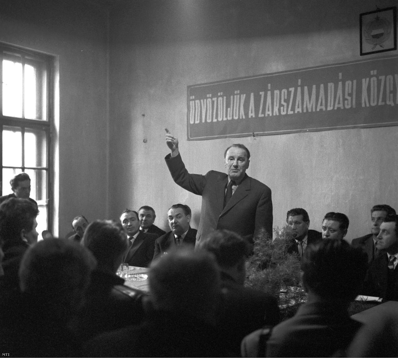 Kádár János az MSZMP KB első titkára részt  a pusztaszemesi Búzakalász termelőszövetkezet zárszámadásán. (1961)