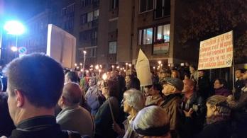 A hajléktalanrendelet megsemmisítéséért tüntettek fáklyákkal