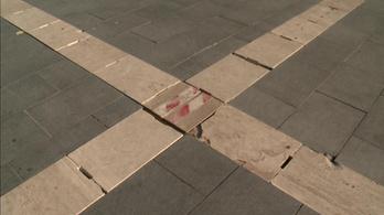 Falécekkel pótolták a sérült díszkőburkolatot Egerben