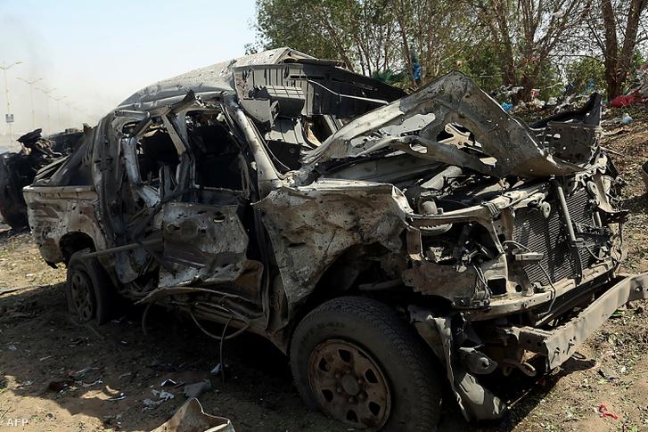 Egy október 24-i légicsapás során kiegétt autó, a jemeni Hodeida kikötővárosban