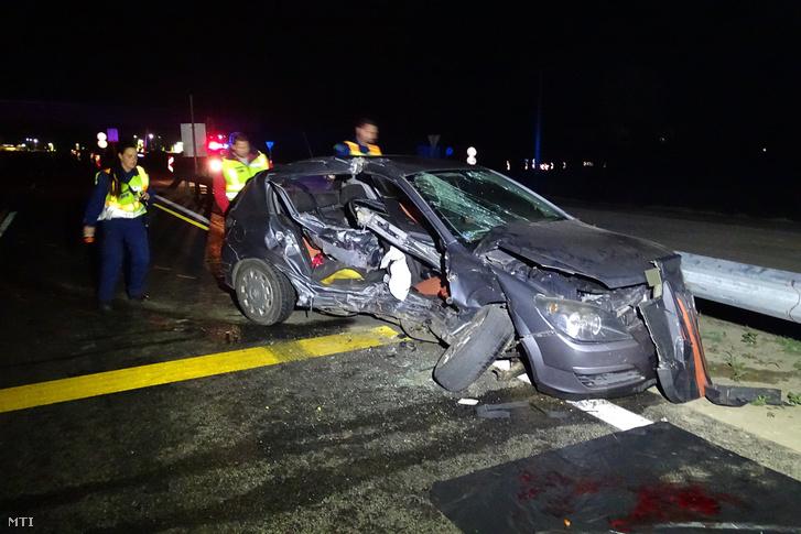 Rendőrök helyszínelnek 2018. november 4-én Cegléd közelében a 4-es főúton, ahol két személyautó összeütközött.