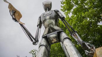 Az eltévedt magyar űrhajós szobra Bécsben szállt le