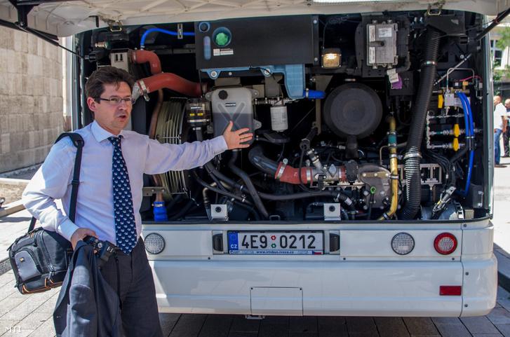 Domanovszky Henrik, a Magyar Gázüzemű Közlekedés Klaszter Egyesület (MGKKE) elnöke mutatja be egy gázüzemű Iveco Citelis autóbusz motorját Pécsen 2013. június 17-én.