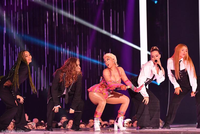 Ott volt a színpadon a Little Mix együttes is, hiszen Minaj az ő legújabb számukban is nyom egy rapet.