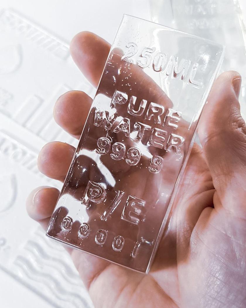 A művész különleges bankjegyeket gyártott, kizárólag víz felhasználásával.