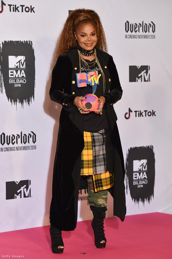 Nagyon krézi, ahogy Janet Jackson mostanában öltözik, ez most egy visszafogottabb szett, de ezt is szeretjük! Ez a gála idén egyébként Bilbaóban volt, most vasárnap este tartották.