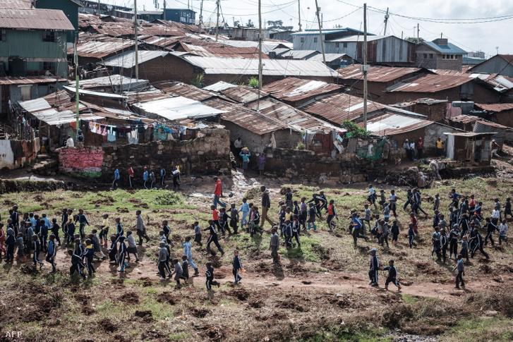 Általános iskolások sétálnak Kibera nyomornegyedében, Nairobiban 2018. május 25-én