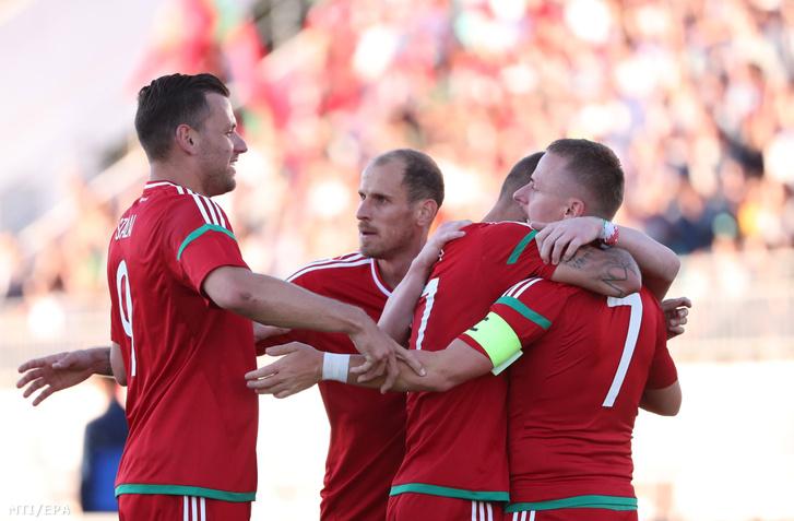 Varga Roland (j2) ünnepel csapattársaival, Dzsudzsák Balázzsal (j), Szalai Ádámmal (b) és Szabó Jánossal, miután gólt szerzett Fehérorosország ellen a Bresztben rendezett felkészülési labdarúgó-mérkőzésen 2018. június 6-án.